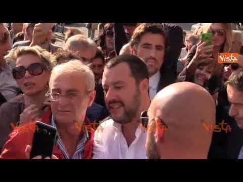 Ressa per i selfie con Salvini e lui sbotta: