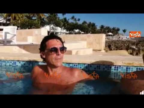 Il sindaco di Portici fa gli auguri di buon anno dalla piscina e il video diventa virale