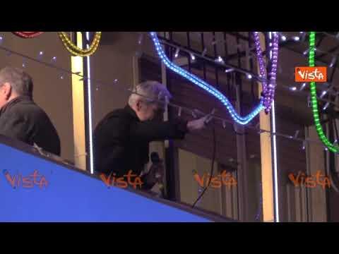 Baglioni si affaccia al balcone dell'Ariston e la folla canta